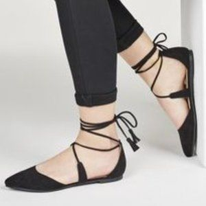 Flat sandals with ties
